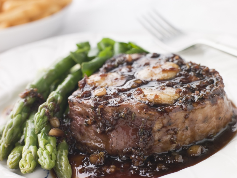2129375-fillet-of-beef-bordelaise-with-asparagus-spears-and-saut-potatoes